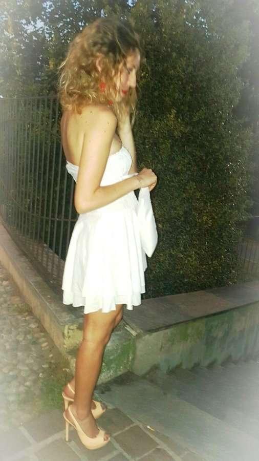 vestito bianco corto d'estate